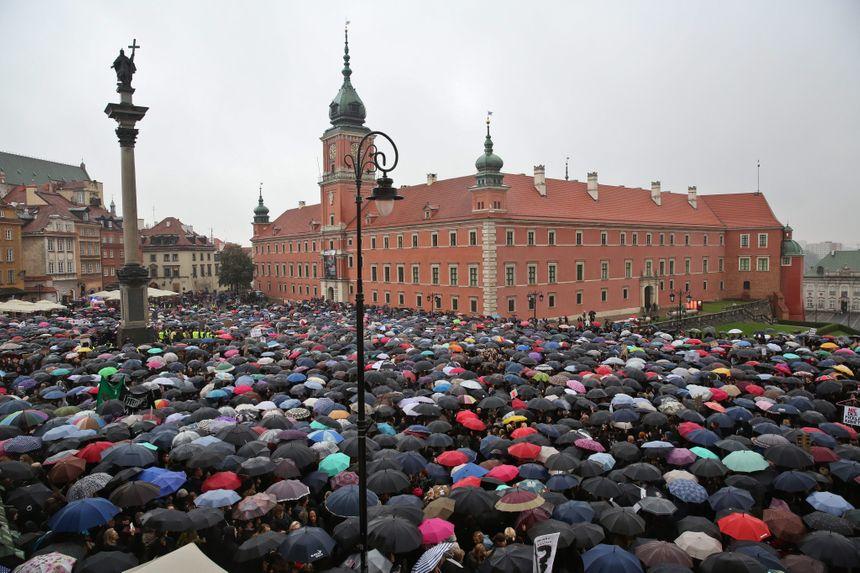Manifestation contre le projet de loi anti-IVG le 3 octobre à Varsovie - Maxppp