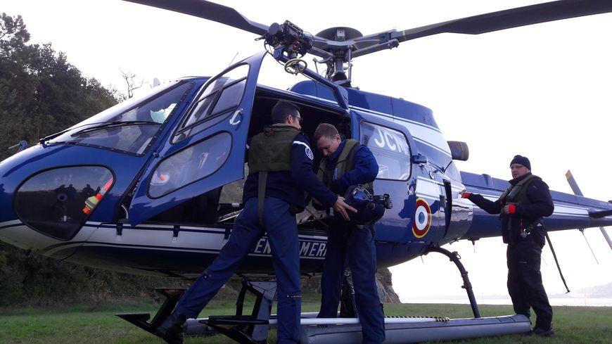 A bord de l'hélicoptère, ils sont trois : le pilote, le responsable du treuillage et le négociateur.