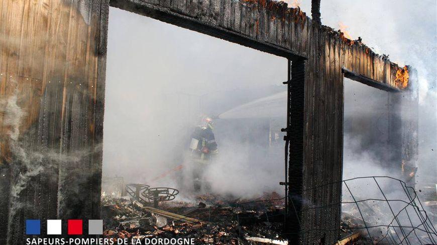 Une maison en bois complètement détruite par les flammes à Castelnaud-la-Chapelle