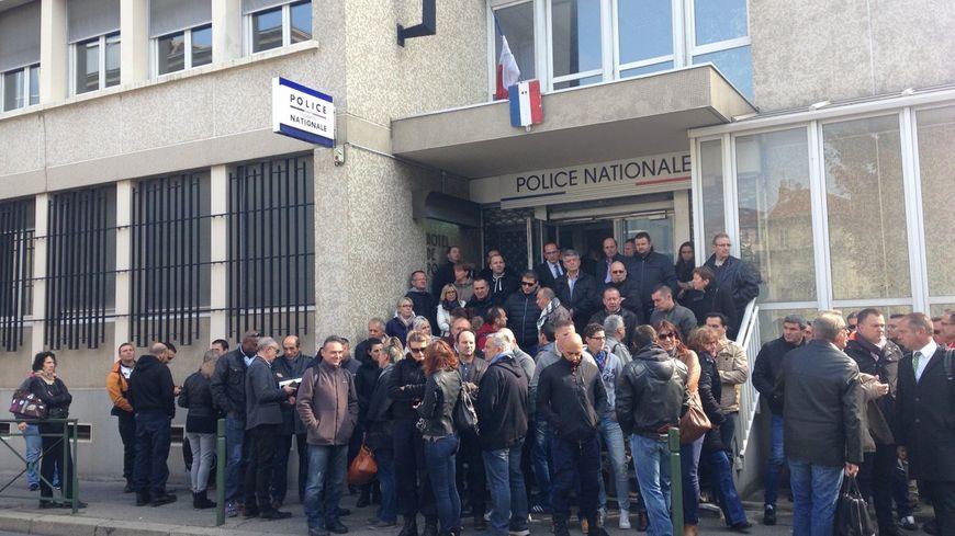 Les policiers se sont rassemblés à Valence ce mardi midi