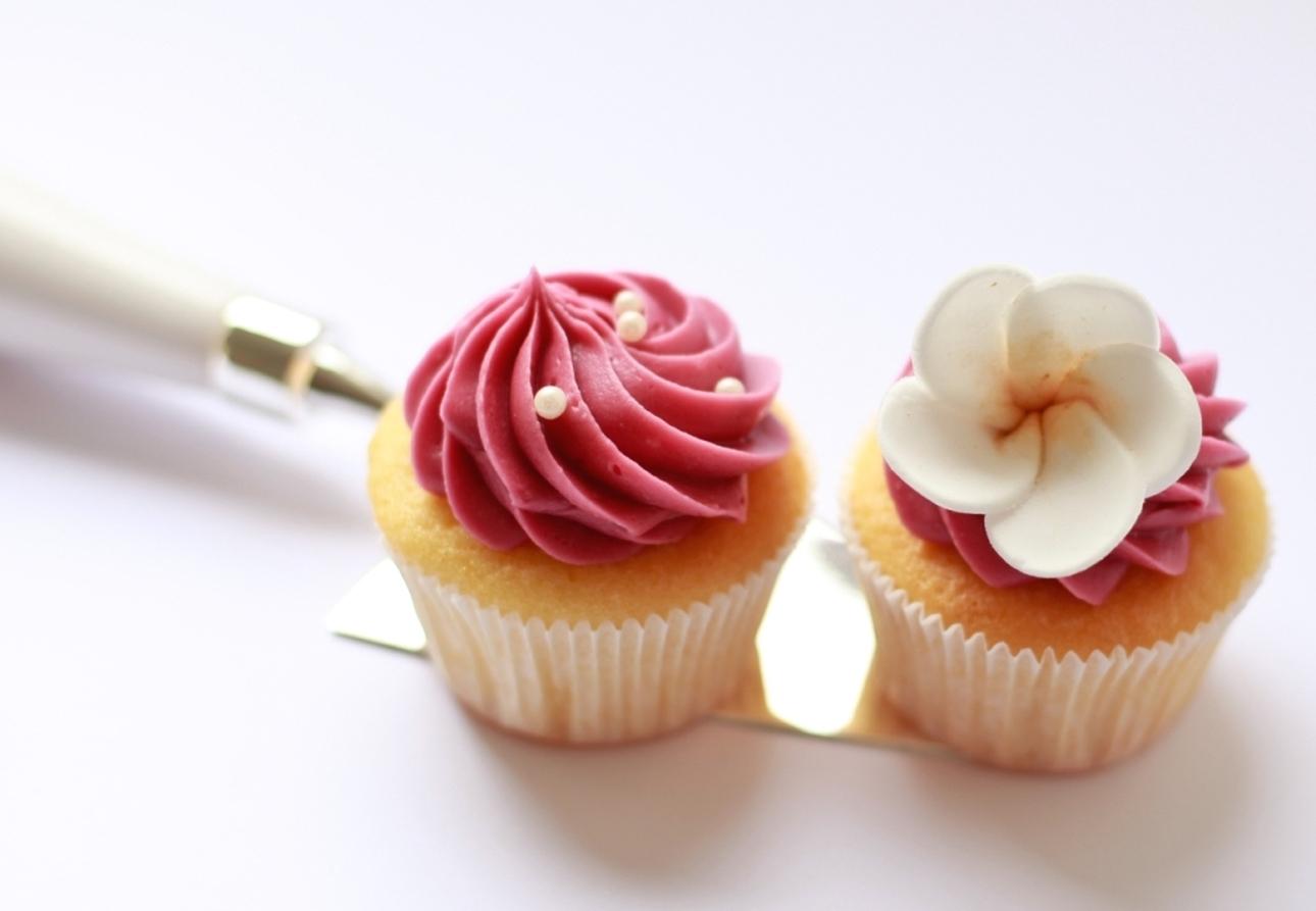 Frangipani cupcake