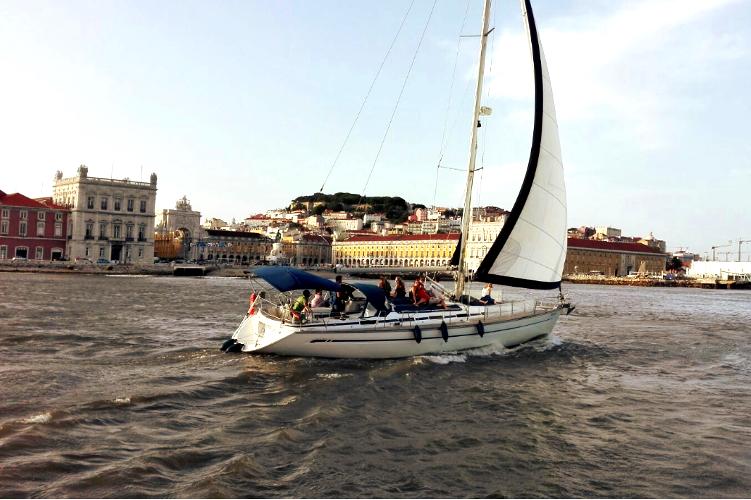 Enterrement de vie de jeune fille Crazy EVJF Lisbonne Balade en voilier privatisé