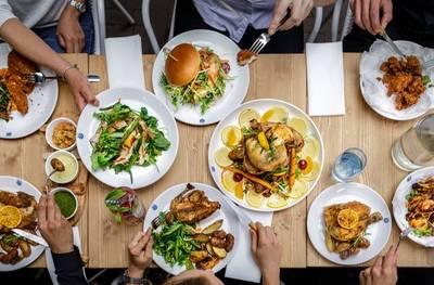 Biologische halve kip incl. huisgemaakte friet en sla voor 1-6 pers. bij restaurant KUKELEKU in hartje Amsterdam