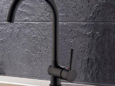 Zwarte roestvrijstalen keukenkraan