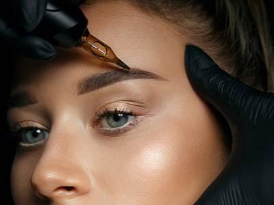 Permanente make-up (powder brows)