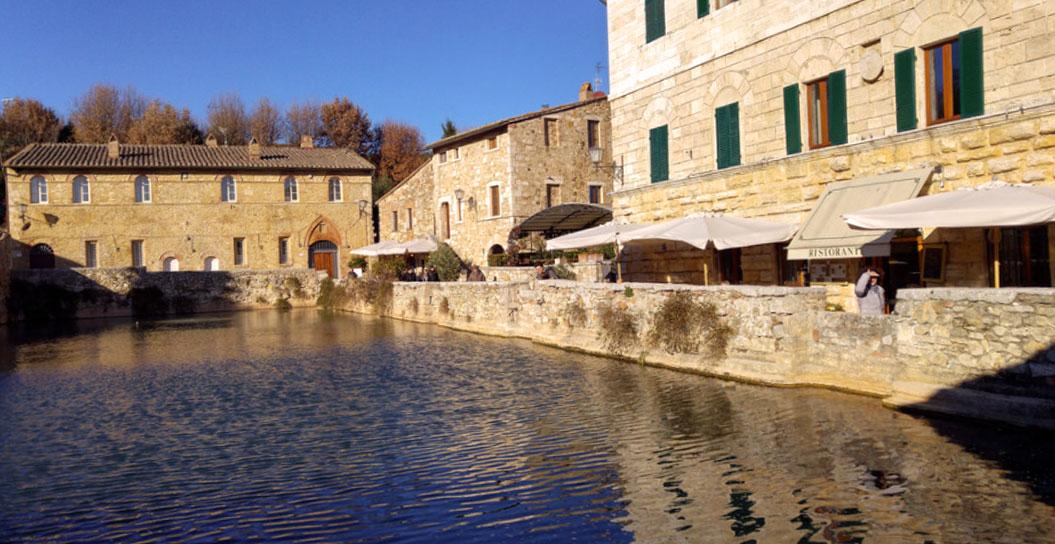 Bagno Vignoni, il paese con le terme in piazza