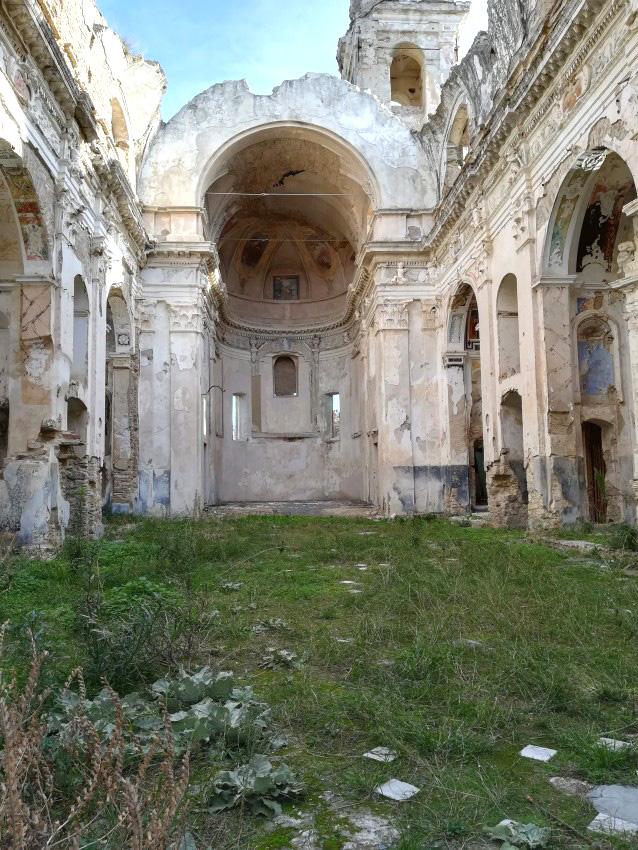 La suggestiva chiesetta col prato dentro a Bussana Vecchia