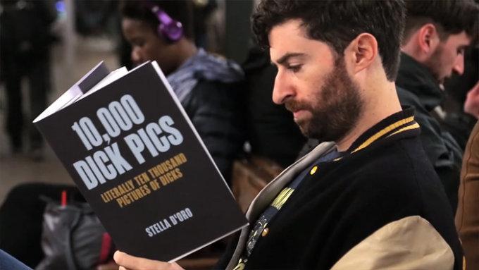 Il conduttore di HQ Scott Rogowsky mentre legge libri con false copertine