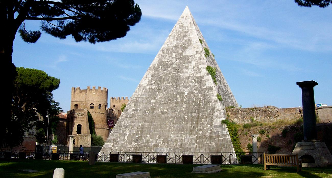 La misteriosa piramide Cestia nel centro storico di Roma