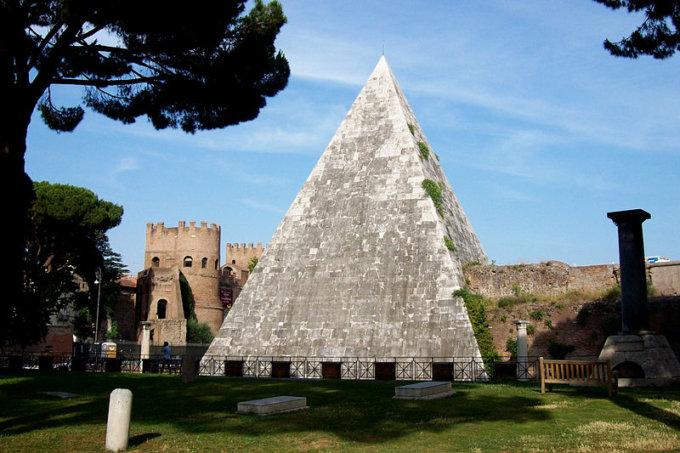 Misteriosa piramide Cestia centro storico Roma4