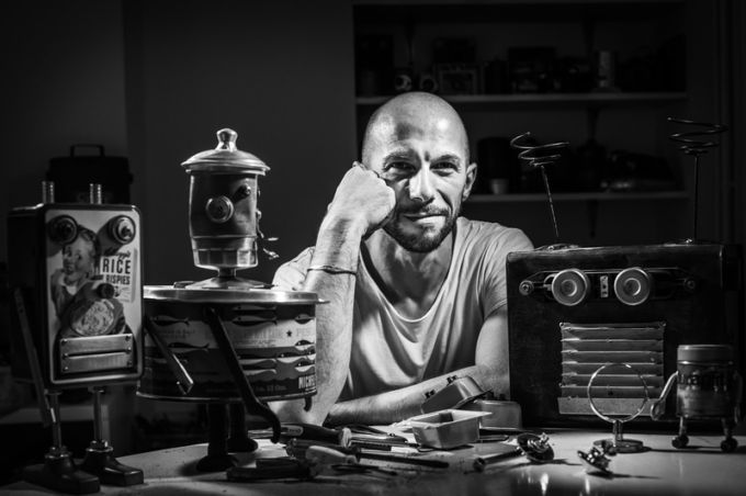 Massimo Sirelli insieme alle sue creazioni