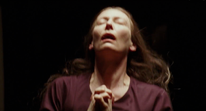 Tilda Swinton in uno still dal trailer