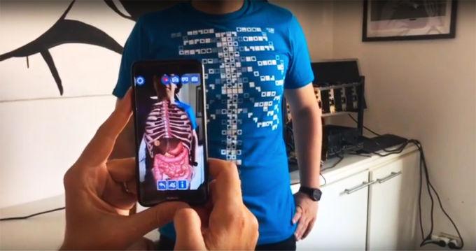 La maglietta Virtuali-tee in azione!