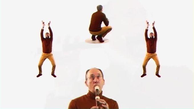 Un uomo strano ed un flauto, protagonisti di un video assurdo. Aulos di Vladimir Cauchemar