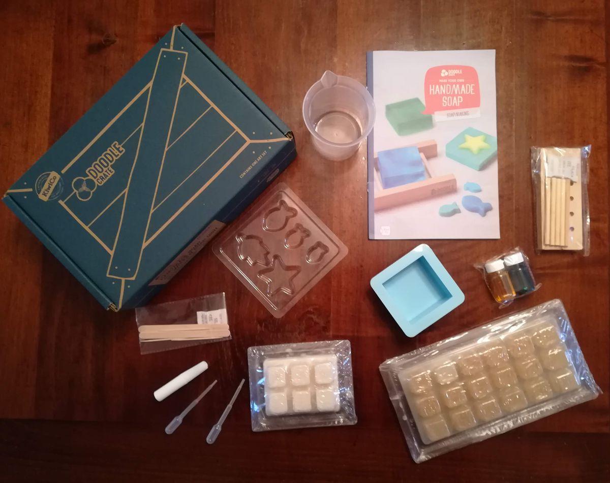 Il kit per fare il sapone Doodle-crate di KiwiCo, tutto sul tavolo!