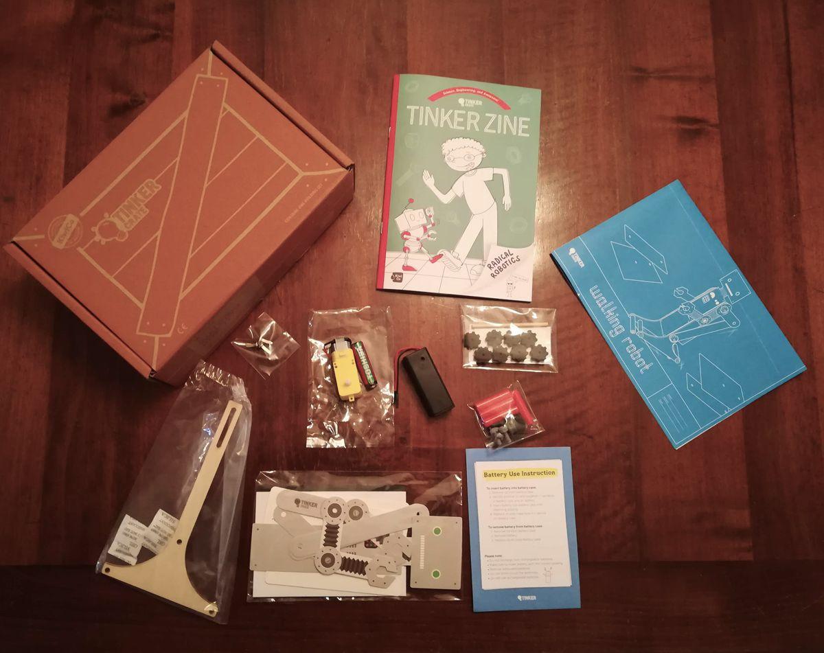 Il kit tinker-crate di KiwiCo, tutto sul tavolo!