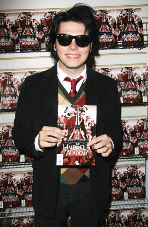 Il fumettista Gerard Way all'opera