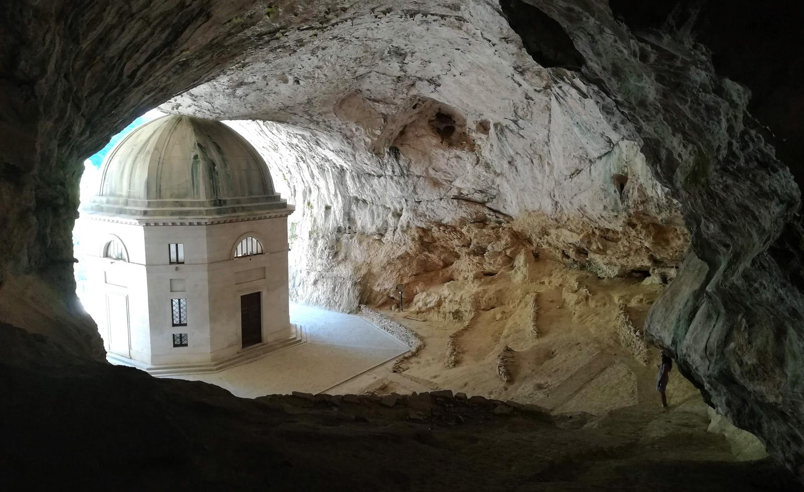Il tempio di Valadier visto da dentro la grotta