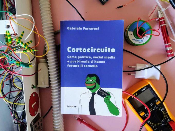Cortocircuito di cortocircuiti, il libro di Ferraresi in mezzo ai circuiti elettrici