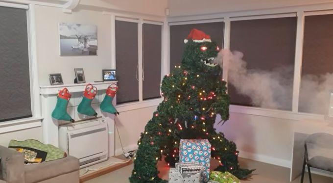L'albero di Natale Gozilla che difende i regali!