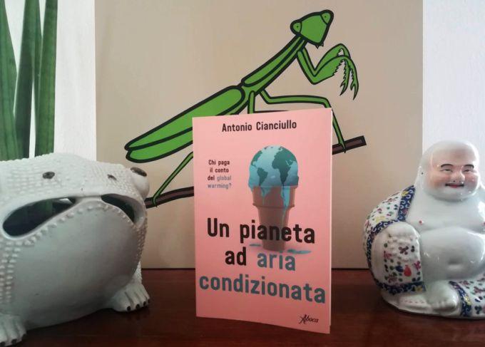 Lo scontro tra la lobby del petrolio e quella del green è raccontato ad Antonio Cianciullo nel libro Un pianeta ad aria condizionata (Aboca edizioni).