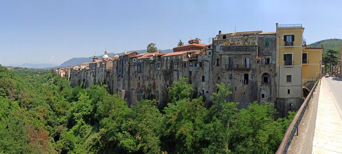 Vista delle case di Sant'Agata dal ponte Martorano