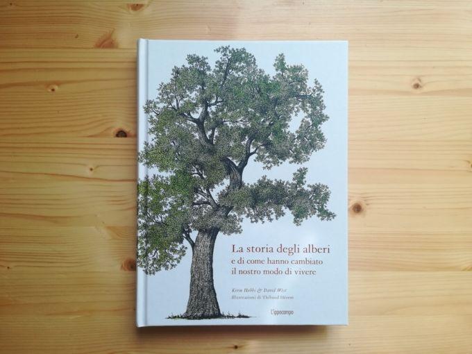 La copertina del libro, su un tavolo di legno