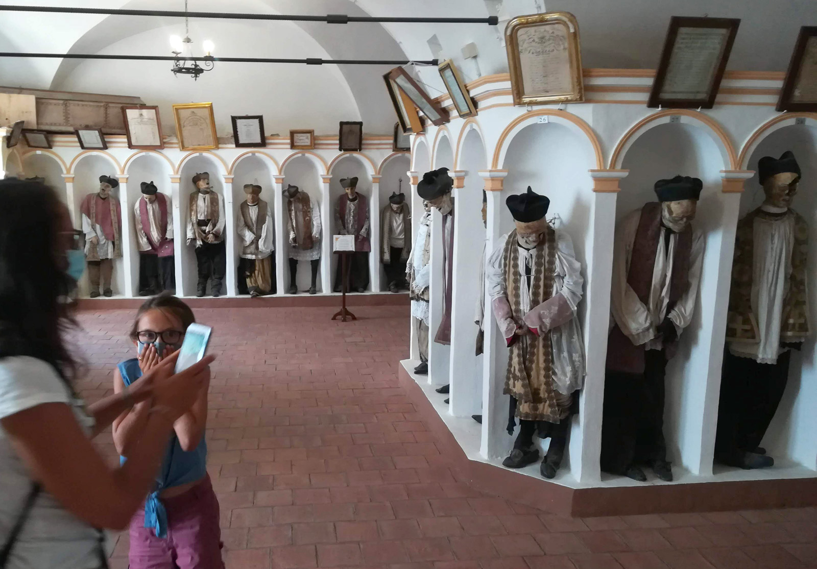 La cripta di Gangi in Sicilia dove venivano imbalsamati i preti