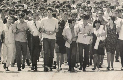 Una manifestazione di studenti contro il regime brasiliano – Fundo Correio da Manhã.via Wikipedia