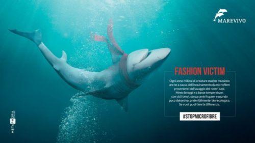 L'immagine di un'altra campagna, quella contro le microfibre, un residuo della plastica presente nei vestiti