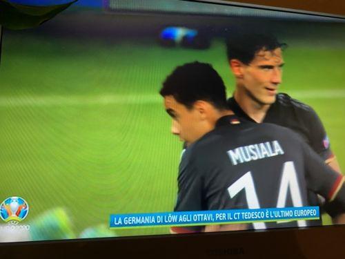 Goretzka abbraccia Musiala che ha propiziato il gol del pareggio