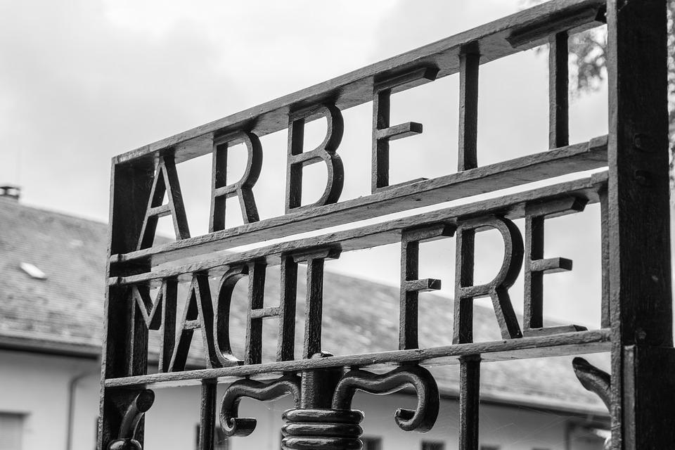 'Il lavoro rende liberi' era il motto all'ingresso dei campi di concentramento