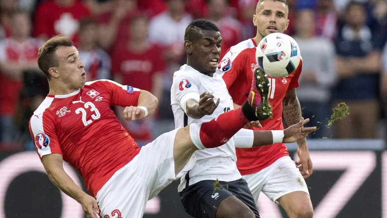 epa05378160 Xherdan Shaqiri (L) of Switzerland in action against Paul Pogba of France during the UEFA EURO 2016 group A preliminary round match between Switzerland and France at Stade Pierre Mauroy in Lille, France, 19 June 2016. (RESTRICTIONS APPLY: For editorial news reporting purposes only. Not used for commercial or marketing purposes without prior written approval of UEFA. Images must appear as still images and must not emulate match action video footage. Photographs published in online publications (whether via the Internet or otherwise) shall have an interval of at least 20 seconds between the posting.) EPA/JEAN-CHRISTOPHE BOTT EDITORIAL USE ONLY +++(c) dpa - Bildfunk+++ (Foto: dpa)