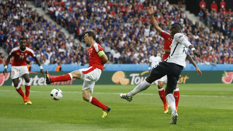 Football Soccer - Switzerland v France - EURO 2016 - Group A - Stade Pierre-Mauroy, Lille, France - 19/6/16France's Paul Pogba shoots at goal REUTERS/Carl Recine Livepic (Foto: REUTERS)