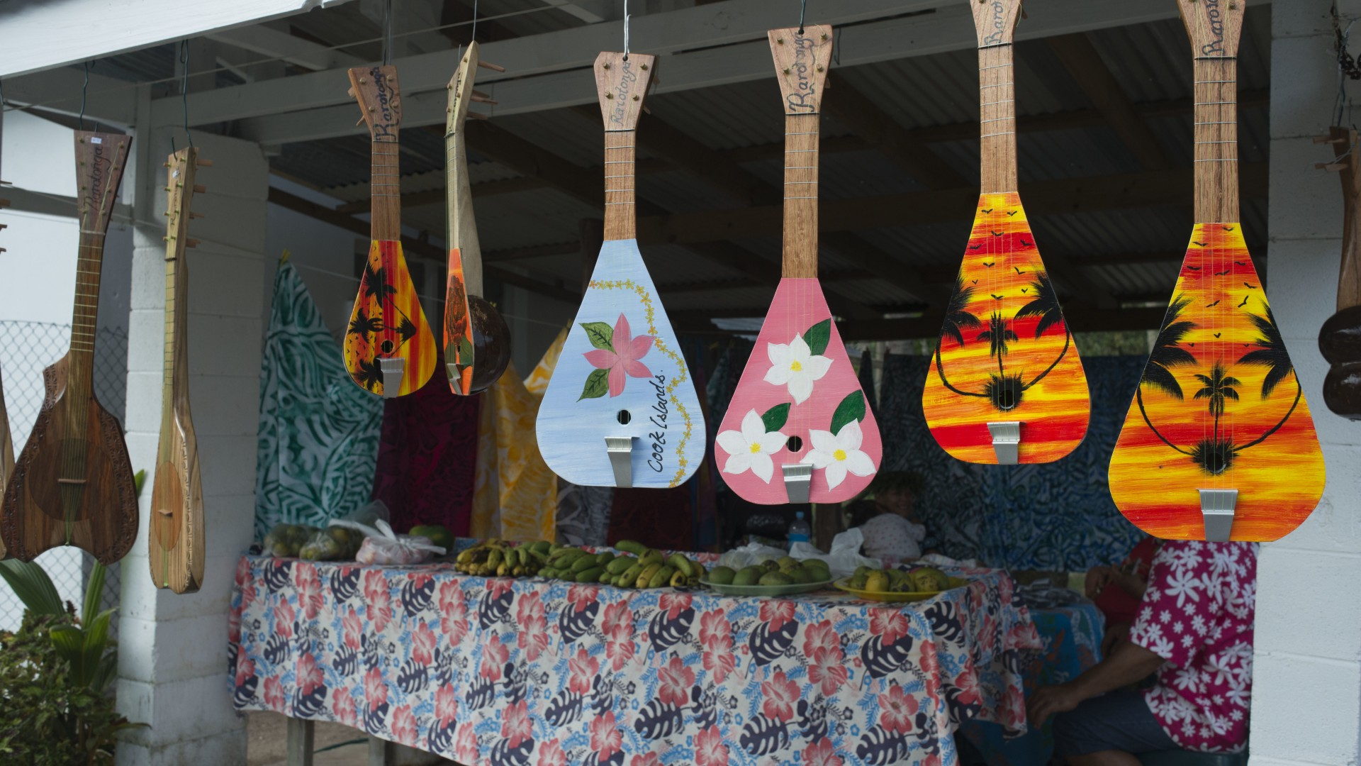 Rarotonga Island. Cook Island. Polynesia. South Pacific Ocean. Typical Ukulele Tahitian Polynesian guitar shop. The Ukulele (meaning 'jumping flea' in Hawai'ian) is believed to have travelled from Hawaii via Tahiti in the late 1800's. The preferred ukulele in the Cook Islands today are banjo-shaped or oblong, which came into vogue in the Cook Islands about 1995, after Te Ava Piti, a popular Tahitian band, aired them in a music video. Ukuleles are always used in tandem with guitars during performances. Traditional dance is the most prominent art form of the Cook Islands. Each island has its own unique dances that are taught to all children. Christian music is extremely popular in the Cook Islands. There is much variation of Christian music across the region, and each island has its own traditional songs. Tahitian ukes are a pretty rare instrument so its hard to find places(outside the pacific) where you can buy or listen to them. Below are a few websites where you can purchase ukes and uke music online. You can pick up strings at your local fishing shop. Anything from 10kg-30kg guage line will do the damage, depending on what kind of uke, sound and playing you're into. The best place to see live ukes in action are at traditional arts and culture festivals (see links). Local street markets around the pacific are also good places to find ukes for sale along with plenty of cheap local food, clothes, arts and crafts and free entertainment. Heres just a few - Cook Islands: Punanga Nui markets in Avarua(Rarotonga). Aotearoa(NZ): Avondale, Otara, Mangere and Porirua markets. Tahiti: Papeete market.   Verwendung weltweit