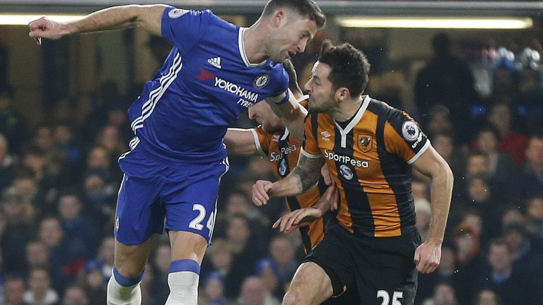 In this Sunday, Jan. 22, 2017 photo Hull City's Ryan Mason, right, is injured during a header with Chelsea's Gary Cahill, left, during their English Premier League soccer match at Stamford Bridge stadium in London. Hull midfielder Mason underwent surgery after fracturing his skull during a clash of heads during a Premier League match at Chelsea on Sunday. (AP Photo/Frank Augstein) (Foto: AP)