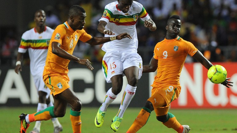 Mali's midfielder Bakaye Traore (C) vies with Ivory Coast forward Salomon Kalou (L) and Ivory Coast forward Ismael Tiote (R) during their African Cup of Nations (CAN 2012) semi-final football match Mali vs Ivory Coast on February 8, 2012 at the Stade de l'Amitie in Libreville. AFP PHOTO / FRANCK FIFE (Photo credit should read FRANCK FIFE/AFP/Getty Images) *** Local Caption *** 2.138520683 (Foto: AFP/Getty Images .)