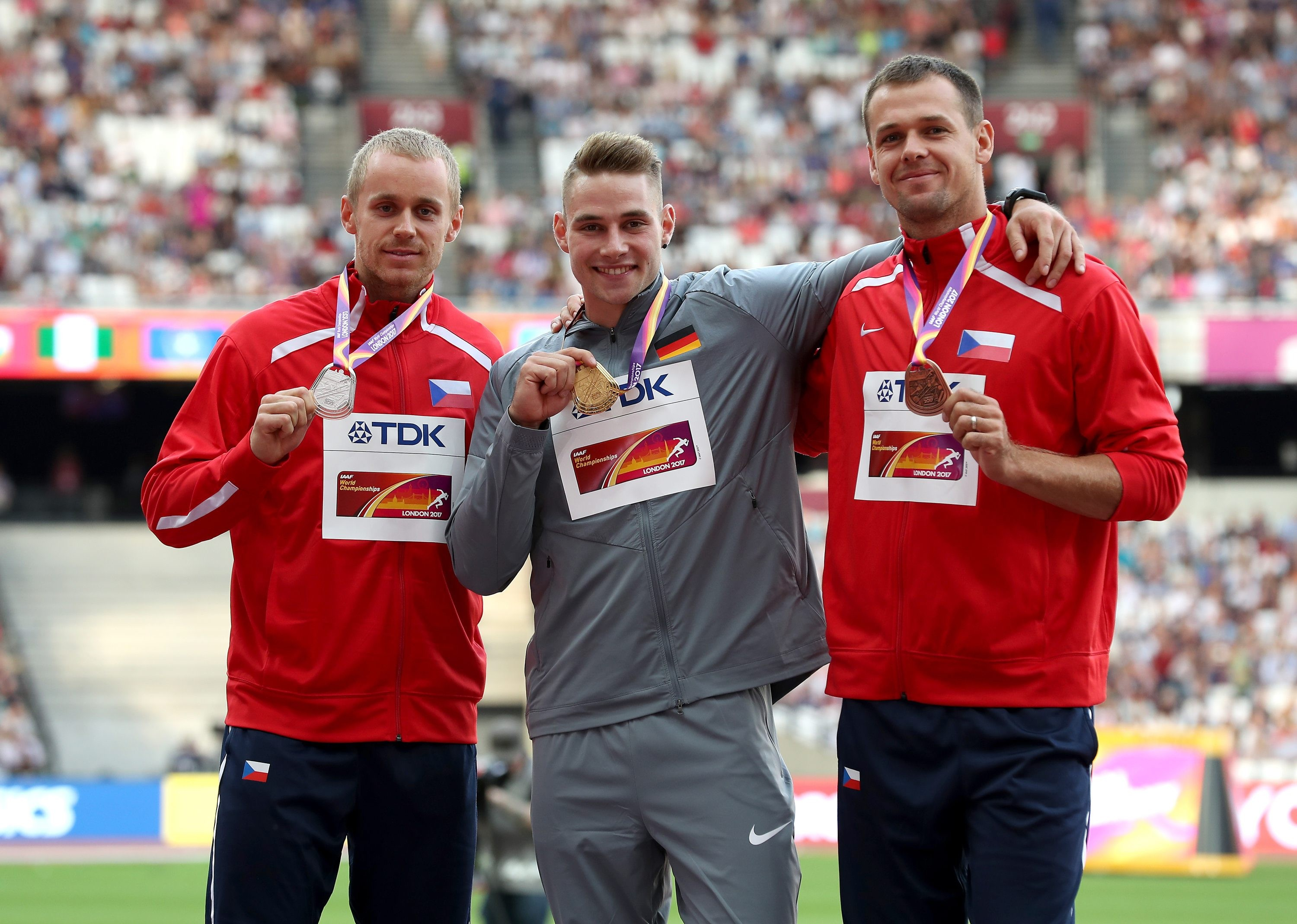Czech Republic's Jakub Vadlejch (silver), Germany's Johannes Vetter (gold) and Czech Republic's Petr Frydrych (bronze) celebrate with their medals for the Men's Javelin Throw during day ten of the 2017 IAAF World Championships at the London Stadium. PRESS ASSOCIATION Photo. Picture date: Sunday August 13, 2017. See PA story ATHLETICS World. Photo credit should read: Martin Rickett/PA Wire. RESTRICTIONS: RESTRICTIONS: Editorial use only. No transmission of sound or moving images and no video simulation. Foto: Martin Rickett/PA Wire/dpa (Foto: dpa)