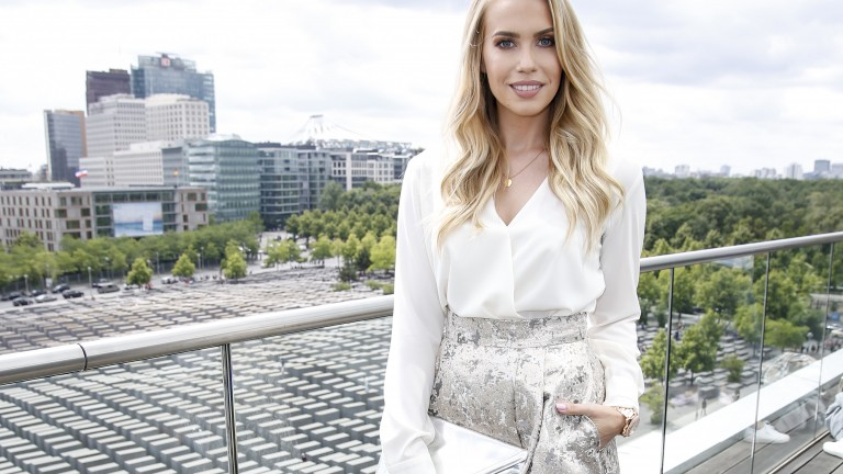 Lara-Isabelle Rentinck spielt in der TV-Serie 'Verliebt in Berlin' mit. Hier posiert sie während der Berliner Fashion Week auf der Terrasse eines Clubs in Berlin-Mitte. (Foto: German Select/Getty Images .)