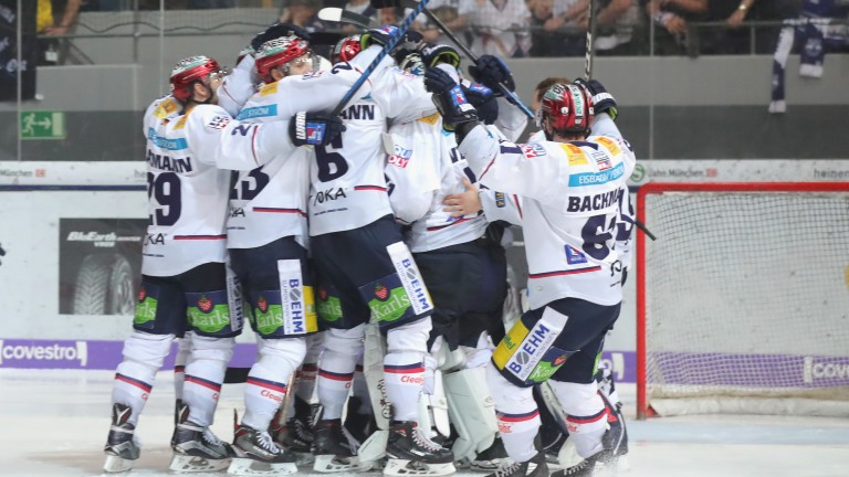 MUNICH, GERMANY - APRIL 22: Players of Eisbaeren Berlin celebrate victory after winning the DEL Playoff final match 5 between EHC Red Bull Muenchen and Eisbaeren Berlin at Olympia Eishalle on April 22, 2018 in Munich, Germany.  (Photo by Alexander Hassenstein/Bongarts/Getty Images)