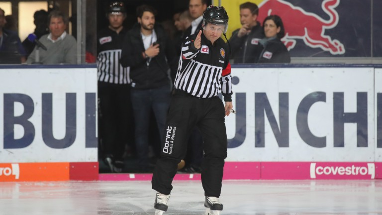 MUNICH, GERMANY - APRIL 22:  The referee shows a goal during the DEL Playoff final match 5 between EHC Red Bull Muenchen and Eisbaeren Berlin at Olympia Eishalle on April 22, 2018 in Munich, Germany.  (Photo by Alexander Hassenstein/Bongarts/Getty Images)