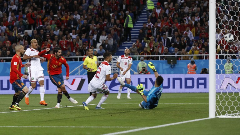 Spaniens Isco, dritter von links, triff zum 1:1 (Foto: picture alliance/AP Photo)