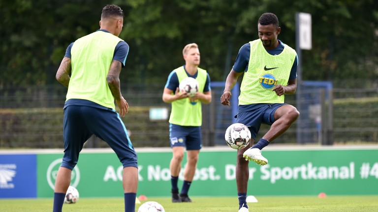 Davie Selke und Salomon Kalou passen sich den Ball zu (Foto: City-Press GbR)