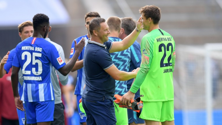 Hertha-Trainer Pal Dardai klatscht seinen Elfmeter-Killer Rune Jarstein (Foto: City-Press GbR)