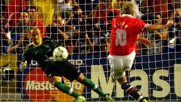 Norway's Kjetil Rekdal, right, scores the 2-1 with a penalty kick for his team during the Brazil vs. Norway, Group A, World Cup 98, soccer match at the Velodrome stadium in Marseille, Tuesday, June 23, 1998. The other teams in Group A are Scotland and Morocco. At left is Brazil's goalie Taffarel. (AP Photo/Michel Euler) | (Foto: picture alliance / AP Images)