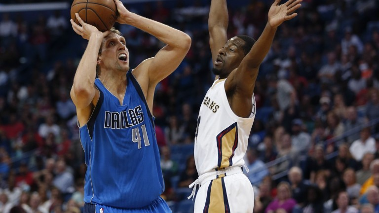 Dallas Mavericks forward Dirk Nowitzki (41) shoots against New Orleans Pelicans guard Jordan Crawford (4) in the first half of an NBA basketball game in New Orleans, Wednesday, March 29, 2017. (AP Photo/Gerald Herbert) | (Foto: picture alliance/AP Images)