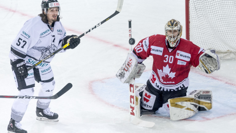 Ice Tigers`s Daniel Weiss, left, against Team Canada's goalkeeper Zach Fucale during the game between Team Canada and Thomas Sabo Ice Tigers, at the 92th Spengler Cup ice hockey tournament in Davos, Switzerland, Friday, December 28, 2018. (KEYSTONE/Melanie Duchene). | (Foto: picture alliance/KEYSTONE)