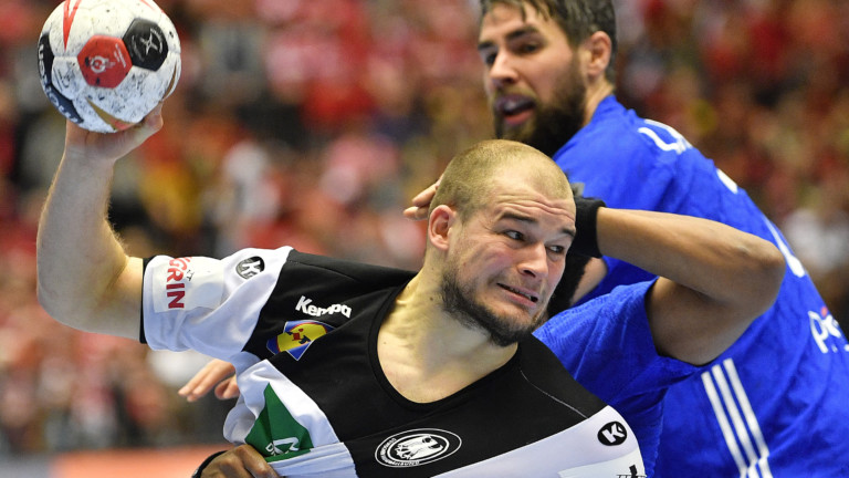 Germany's Paul Drux, France's Timothey N'Guessan, center, and France's Luka Karabatic challenge for the ball during the Handball World Championship third place match between Germany and France in Herning, Denmark, Sunday, Jan. 27, 2019. (AP Photo/Martin Meissner) | (Foto: picture alliance/AP Photo)