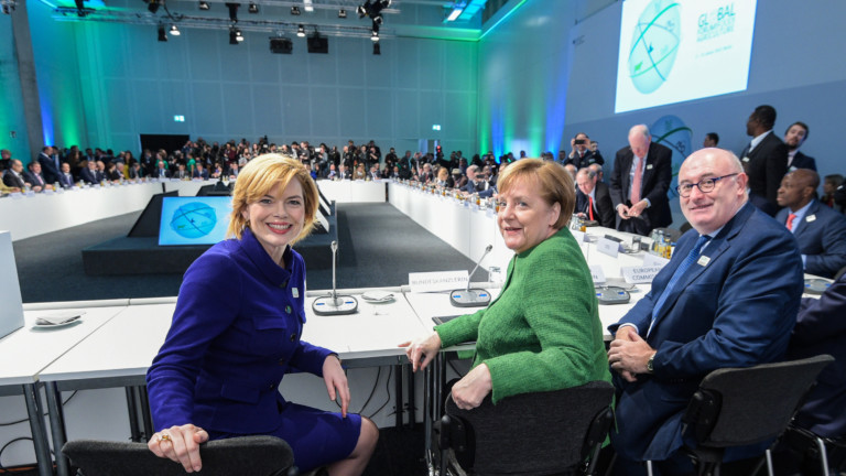 "Bundesministerin Julia Klöckner, Bundeskanzlerin Dr. Angela Merkel und EU-Kommissar Phil Hogan (v.l.n.r.) auf dem ""Global Forum for Food and Agriculture"""