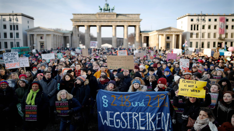 Feministen demonstrieren am Brandenburger Tor